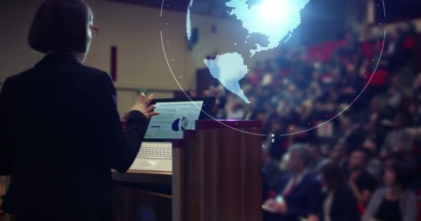 Hintergrundvideo von Geschäftsfrau im Publikum mit futuristischen und Technologie, Briefing Präsentation mit vr erde