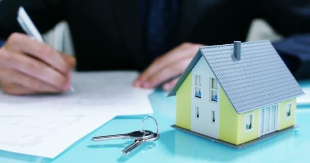 Kiadó vagy megvásárol a ház .a kezében egy biztosító vagy egy ház mutatja a lakáskulcsokat ingatlanközvetítő .