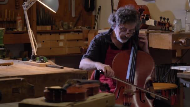 A szakmai hegedű mester teszi a hegedű a saját kezével, használja a tiszta fa lucfenyő, fenyő, szemüveg, sík, dallamok vonósok. Koncepció: spirituális eszköz, kézzel készített, művészet, zene, dallam, hang.