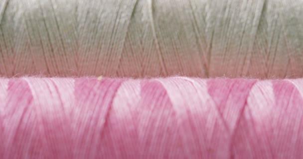 Makroaufnahme bunter Rollen mit Nähgarnstoffen. Die Rollen gibt es in allen Farben und Schattierungen mit Nähnadel und Faden aller Art von Perücken. Konzept: Schneiderei, Tradition, Farbe, Mode, Kleidung