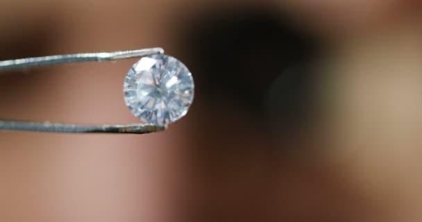 video o drahém diamantovém kameni v nástroji pro pinzety