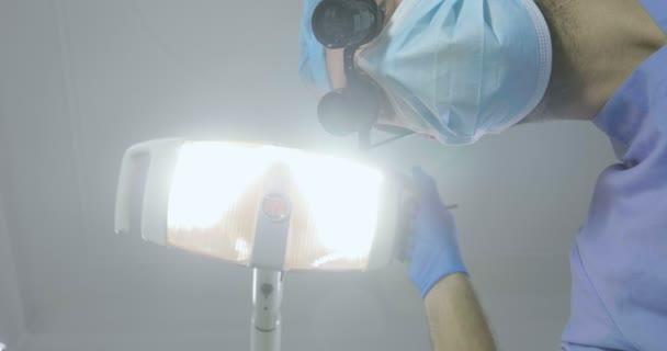 Nahaufnahme des Zahnarztes, der mit dem Patienten arbeitet