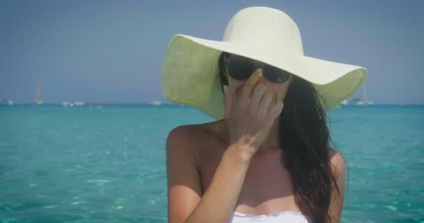 video ženy nosí bílé letní klobouk a úpravy brýlí