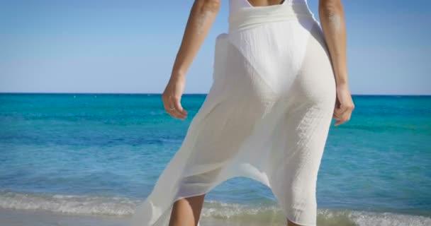 částečný pohled hýždě, zadní pohled video ženy nosit pareo na oceán