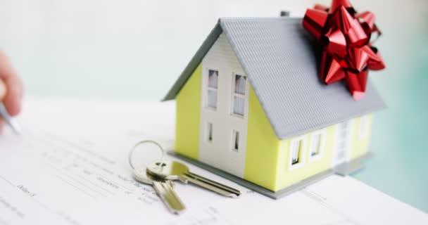 pojištění požáru a krádeži .the rukou pojistitele nebo realitní agent dům s půdorys a dokumenty s garantovaného domu.