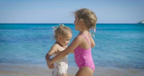 Portrét krásné holčičky baví na moři, roztomilý, usmíval se v Panamě, sluneční ochranu smetanu, pozadí modré mořské vody a skal. Koncepce: děti, dětství, léto, svoboda, děti, dítě