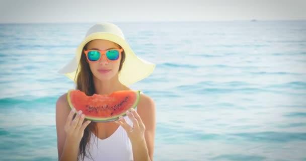 video ženy s meloun výseč na modré moře