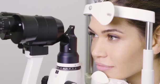 video ženy kontrola oči, vyšetření štěrbinovou lampou očí do oční kliniky