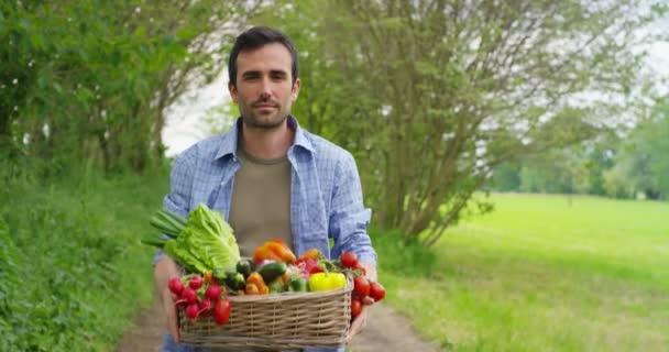 videozáznam kavkazského farmáře dávatele čerstvé zeleniny do koše