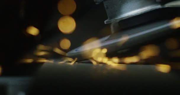 fabbro o saldatore, con relativa rettifica leviga in acciaio e ferro, in estrema rallentatore, per rendere la superficie liscia. Il contatto ruota stridente con lindustria del ferro cause sparks.concept:work,locksmith