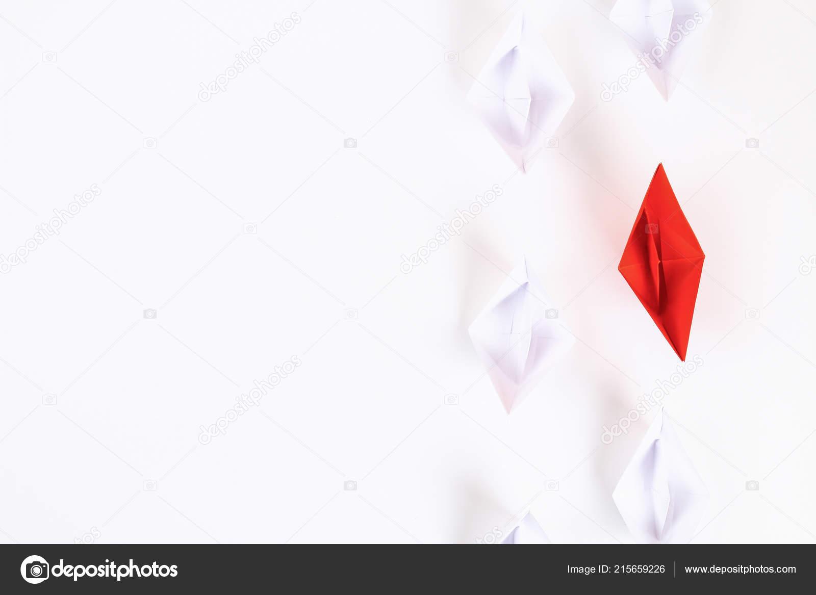 Bateau Papier Rouge Entre Autres Blanc Leadership Corbeau Blanc Individualite Photographie Detry Yandex Ru C 215659226
