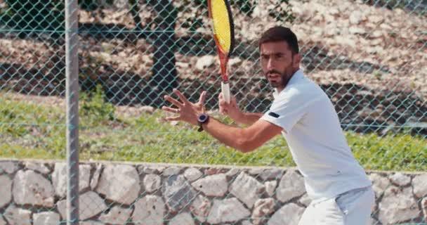 Zpomalený pohyb tenisový hráč udeří míč během hry tenisu