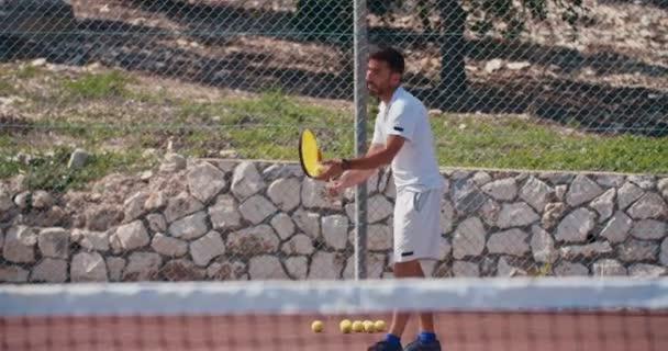 Tenisový hráč udeří míč během hry tenisu