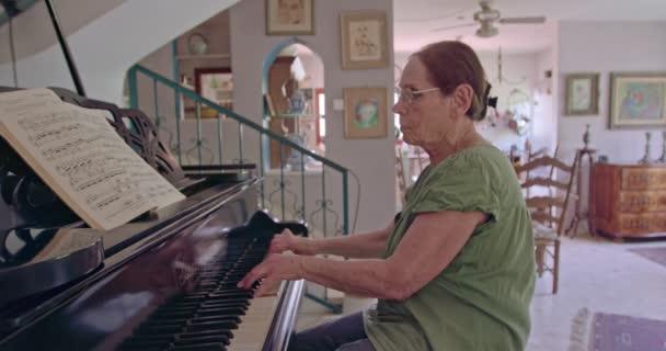 Vezető nő játszik egy nagy zongora otthonában