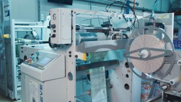 Tiskařský lis pracuje vysokou rychlostí ve velké tiskové zařízení