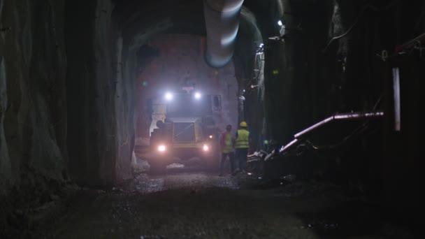 Nagy építőipari teherautók dolgozik belső rész egy alagút
