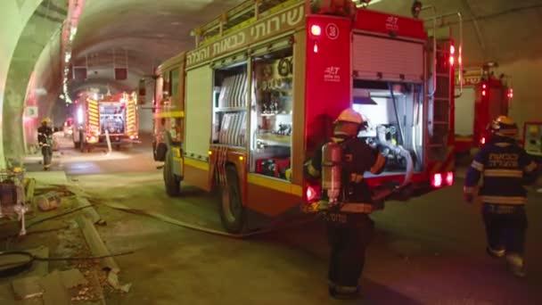 Jokneam, Izrael, 17 července 2018 - hasiči během cvičení v tunelu