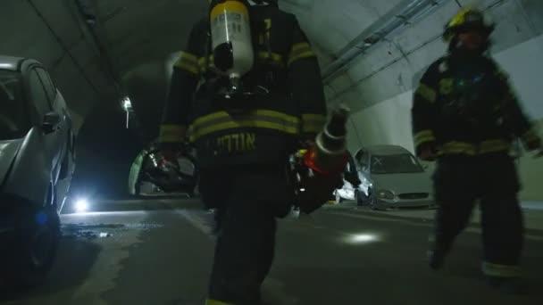 Auto nehody uvnitř tunelu, hasiči záchranu lidí z aut