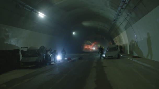 Auto nehody uvnitř temného tunelu, hasiči záchranu lidí z rozbité auta