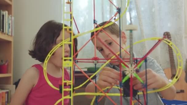 Chlapec a dívka stavební věž z hračky doma