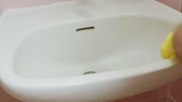 Kézi autómosás egy mosdó, ecset