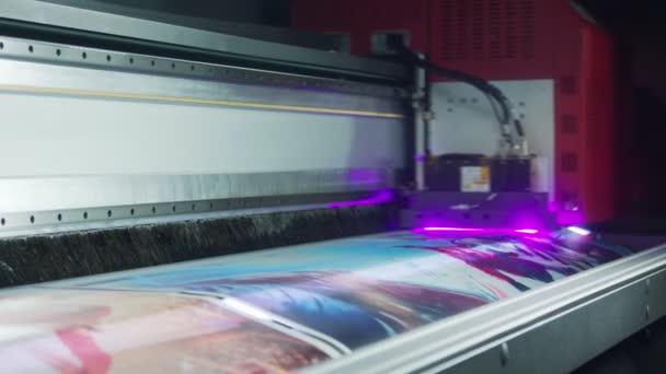Velkoformátová tiskárna tisk kvalitní grafiky při vysoké rychlosti