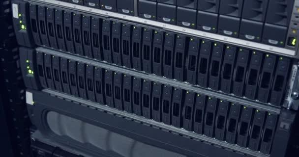 großer Computerserverraum in einem Rechenzentrum