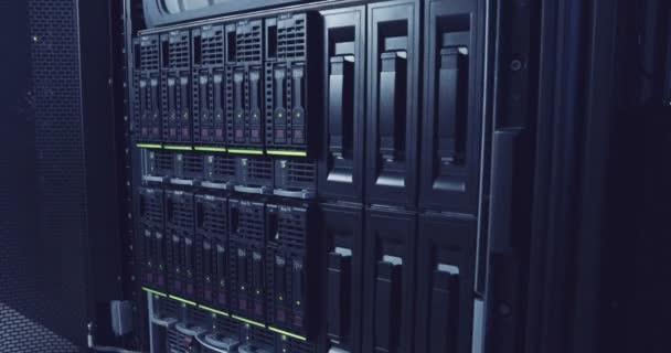 ein großer Serverraum in einem Cloud Computing Rechenzentrum