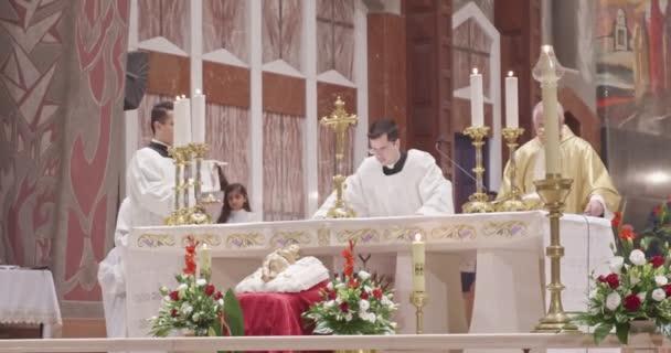 Nazareth, Izrael, December 24-én 2018-ban. Angyali üdvözlet bazilika a karácsonyi mise végző papok