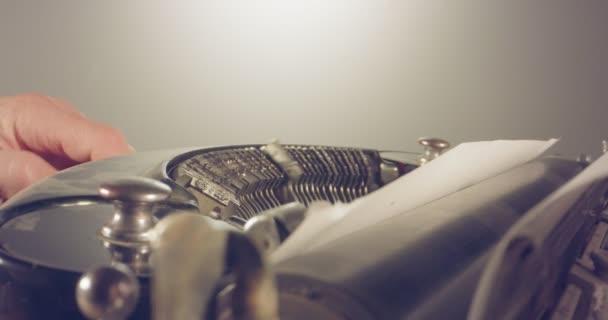 Speciální makro dolly střílel nad Starý psací stroj s mužské ruční psaní