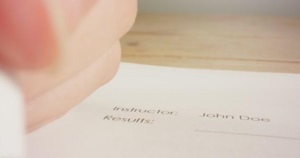 Tracking-Makroaufnahme von Stift-Markierungsantworten bei einem Geschichtstest in der Schule