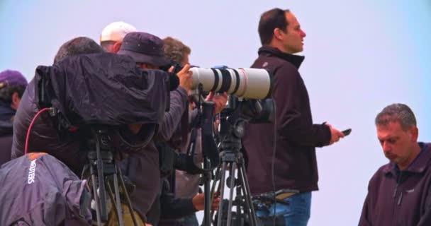 gaza, 30. März 2019. fotografen und kameramänner auf einem hügel nahe der grenze