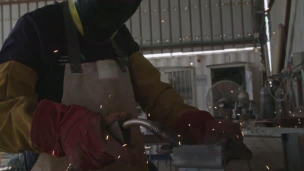 Pomalé pohyby ocelových rámů svářecích svařovacích konstrukcí