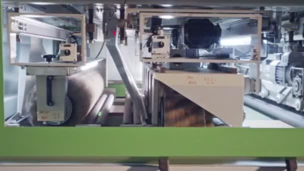 Automatizované stroje na leštění dřeva v zařízení na výrobu nábytku