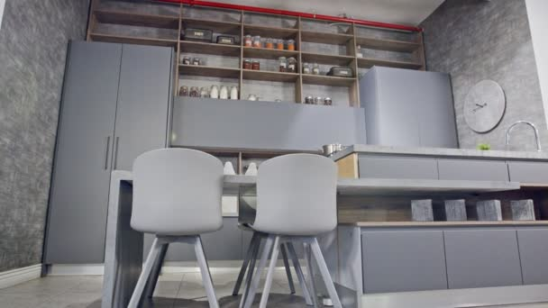 Sledovací záběr Luxusní kuchyně s moderním šedým designem