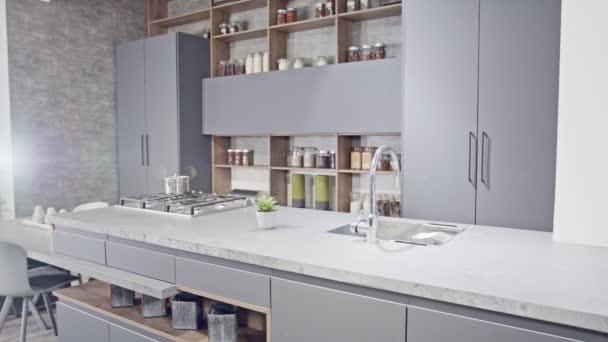 Tracking shot egy luxus konyha szürke modern design