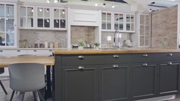 Sledovací záběr Luxusní kuchyně s šedou a bílou klasickou konstrukcí