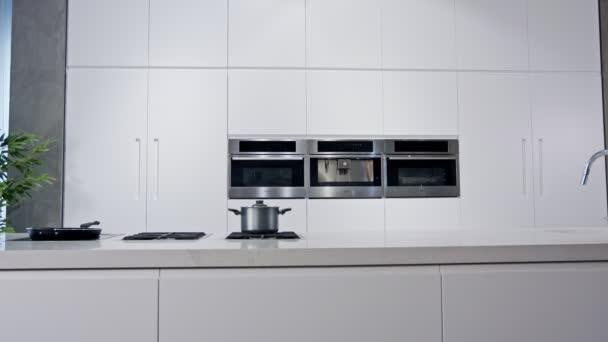 Sledovací záběr Luxusní kuchyně s bílým moderním designem
