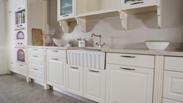 Tracking shot egy luxus konyha fehér klasszikus design
