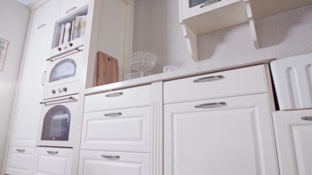 Sledovací záběr Luxusní kuchyně s bílým klasickým designem