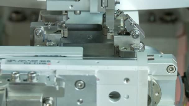 Speciális ipari gyártósor kis alkatrészekre, robotkaros