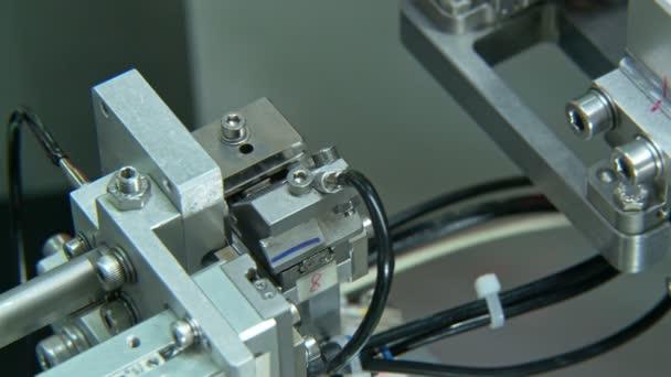 Közelről az ipari gyártósoron kis alkatrészekre, robotfegyverekre