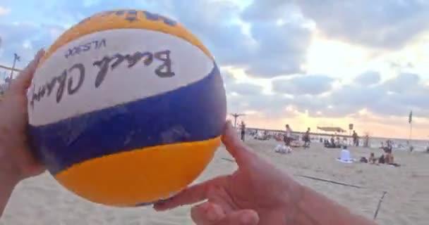 POV záběry žen hrající na plážový volejbal během západu slunce