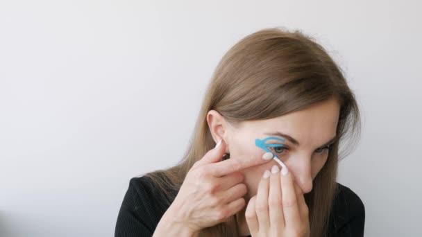 mladá žena dělá nahrávat kolem očí k omlazení