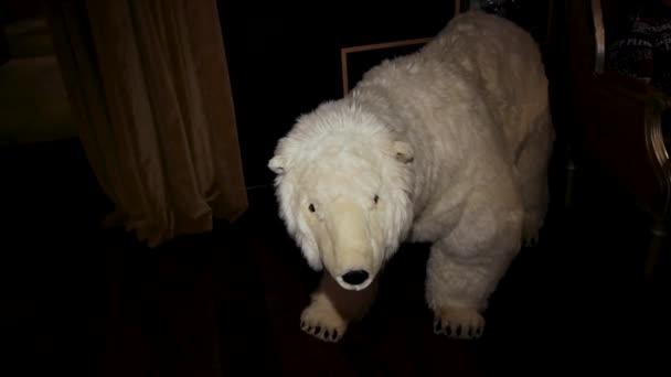 großer Eisbär Spielzeug bewegt seinen Kopf stehend in Wohnung