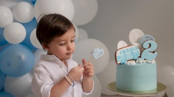két éves eszik egy ünnepi torta kék autót gyermek fiú