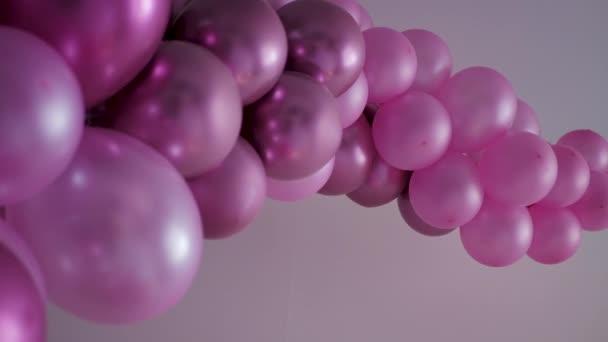 Skupina fialových balónků ve tvaru chapadel