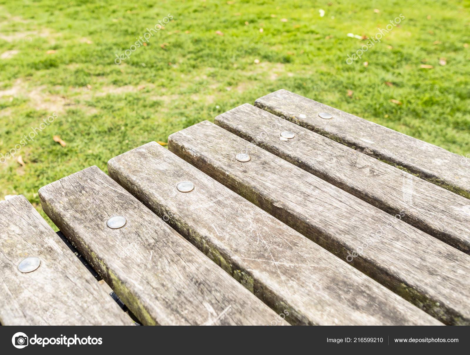 Nahaufnahme Von Ein Vintage Holz Gartentisch Mit Rasen Hintergrund