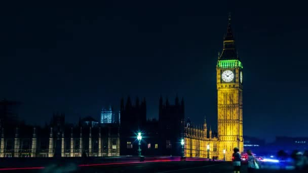 Időközű az ikonikus brit Elizabeth-torony, Big Ben, a tetején, és az óra számlapját, a házak, a city of Westminster, London, Anglia, Nagy-Britannia jelzőlámpa pályák haladnak az első éjszaka látható a Parlament közelében.