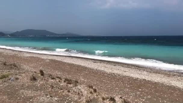 Posouvání výstřel přes tropické moře s vlnami přicházejí.